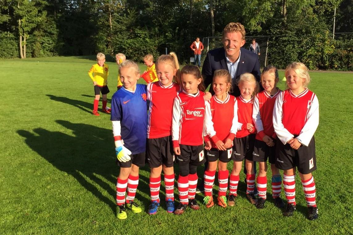 Dirk Kuijt op de foto met de leukste meiden van RKAVV!
